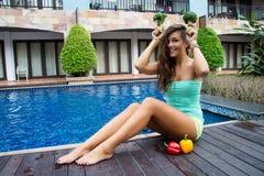 Διατροφή Detox Χαμογελώντας κορίτσι με τα λαχανικά Στοκ Φωτογραφίες