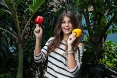 Διατροφή Detox Χαμογελώντας κορίτσι με το κόκκινο και κίτρινο πιπέρι Στοκ φωτογραφία με δικαίωμα ελεύθερης χρήσης