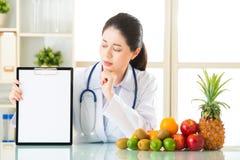 Διατροφολόγος γιατρών με τα φρούτα και την κενή περιοχή αποκομμάτων εκμετάλλευσης στοκ εικόνες με δικαίωμα ελεύθερης χρήσης