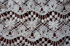 Διατρυπημένη άσπρη δαντέλλα με το floral σχέδιο Στοκ Φωτογραφίες