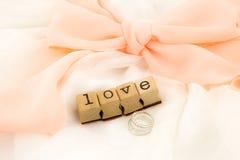 Διατύπωση και δαχτυλίδια αγάπης στο όμορφο φόρεμα Στοκ Εικόνες