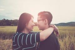διαφήμιση Ασιατικό, ρομαντικό ζεύγος ή ομοφυλοφυλία, θηλυκό αγκάλιασμα αγάπης στον τομέα ρυζιού με το ηλιοβασίλεμα, έννοια αγάπης στοκ εικόνα με δικαίωμα ελεύθερης χρήσης