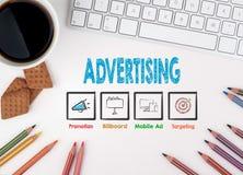 Διαφήμιση, επιχειρησιακή έννοια λευκό Ιστού γραφείων γραφείων επιχειρηματιών περιοδείας Στοκ Εικόνες