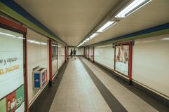 Διαφήμιση και άνθρωποι στο πέρασμα στον υπόγειο της Μαδρίτης στοκ εικόνες