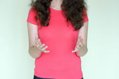 Διαφήμιση και έννοια πώλησης Σγουρό κορίτσι στο κόκκινο στοκ εικόνα