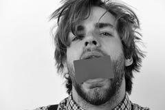 Διαφήμιση και εισαγωγή της έννοιας Το άτομο κρατά τη σκούρο πράσινο κάρτα στο στόμα στοκ φωτογραφίες