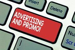 Διαφήμιση και Promo κειμένων γραψίματος λέξης Επιχειρησιακή έννοια για την πληροφόρηση των προοπτικών για το ειδικό πληκτρολόγιο  στοκ εικόνες με δικαίωμα ελεύθερης χρήσης