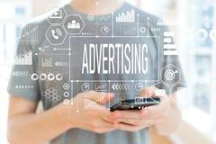 Διαφήμιση με το άτομο που χρησιμοποιεί ένα smartphone στοκ φωτογραφίες