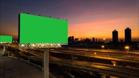 Διαφήμιση της πράσινης οθόνης πινάκων διαφημίσεων στα περιθώρια της οδού ταχείας κυκλοφορίας φιλμ μικρού μήκους
