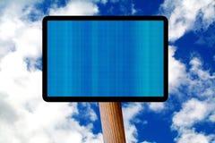 Διαφήμιση του μπλε πίνακα διαφημίσεων πέρα από τον ουρανό Στοκ εικόνα με δικαίωμα ελεύθερης χρήσης
