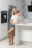 Διαφήμιση του πυροβολισμού της γυναίκας στην κουζίνα Στοκ Φωτογραφίες