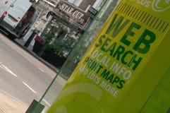 Διαφήμιση των τοπικών χαρτών τυπωμένων υλών πληροφοριών αναζήτησης Ιστού σε πράσινο Λονδίνο στοκ εικόνες