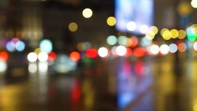 Διαφήμιση, φως από τα φανάρια, αντανάκλαση από την υγρή άσφαλτο μετά από τη βροχή φιλμ μικρού μήκους