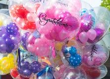 Διαφανές ένθετο μπαλονιών συγχαρητηρίων με το ζωηρόχρωμο διαμορφωμένο β στοκ εικόνες
