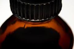 Διαφανές βάζο γυαλιού για τα φάρμακα με μια μαύρη μακροεντολή καπακιών Στοκ Φωτογραφία