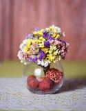 Διαφανές βάζο με τα ζωηρόχρωμα διακοσμητικά λουλούδια Στοκ εικόνες με δικαίωμα ελεύθερης χρήσης
