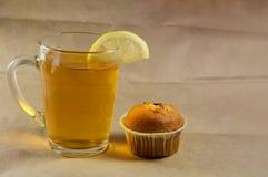 Διαφανές γυαλί με το ισχυρό μαύρο τσάι με το λεμόνι Στοκ Εικόνες