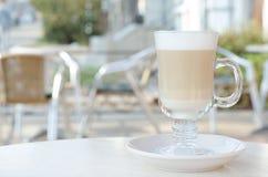 Διαφανές γυαλί με το latte ή το cappuccino στοκ φωτογραφία με δικαίωμα ελεύθερης χρήσης