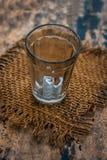 Διαφανές γυαλί που περιέχει το μεταλλικό νερό σε το στοκ φωτογραφίες με δικαίωμα ελεύθερης χρήσης