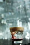 Διαφανές κοκτέιλ με το κρεμώδες κάλυμμα σε έναν φραγμό Στοκ Εικόνες