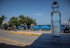 Διαφανές μπουκάλι με το υπόβαθρο νερού και ουρανού στοκ φωτογραφίες με δικαίωμα ελεύθερης χρήσης