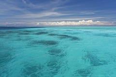 Διαφανές νερό στην μπλε λιμνοθάλασσα Bora Bora Στοκ εικόνα με δικαίωμα ελεύθερης χρήσης