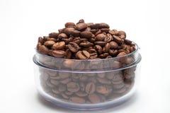 Διαφανές φλυτζάνι με τα φασόλια καφέ Στοκ εικόνες με δικαίωμα ελεύθερης χρήσης