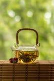 Διαφανές teapot με το ανθίζοντας λουλούδι τσαγιού Στοκ Εικόνα