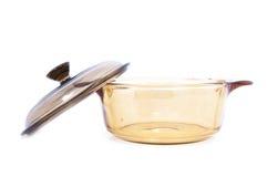 Διαφανής κατσαρόλλα γυαλιού με το καπάκι πέρα από το άσπρο υπόβαθρο Στοκ φωτογραφία με δικαίωμα ελεύθερης χρήσης