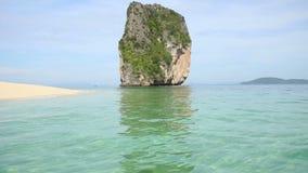 Διαφανής κυανή παράκτια θάλασσα στην παραλία άμμου με τον απότομο βράχο και τα κωνοφόρα απόθεμα βίντεο