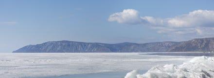 Διαφανής μπλε πάγος hummocks Baikal λιμνών στην ακτή Άποψη χειμερινών τοπίων της Σιβηρίας Χιονισμένος πάγος της λίμνης μεγάλη Στοκ φωτογραφία με δικαίωμα ελεύθερης χρήσης