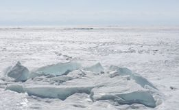 Διαφανής μπλε πάγος hummocks Baikal λιμνών στην ακτή Άποψη χειμερινών τοπίων της Σιβηρίας Χιονισμένος πάγος της λίμνης μεγάλη Στοκ εικόνες με δικαίωμα ελεύθερης χρήσης