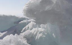 Διαφανής μπλε πάγος hummocks Baikal λιμνών στην ακτή Υπόβαθρο χειμερινών θαμπάδων της Σιβηρίας Χιονισμένος πάγος της λίμνης Στοκ εικόνα με δικαίωμα ελεύθερης χρήσης