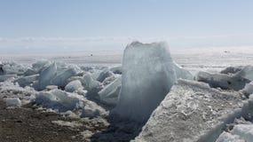 Διαφανής μπλε πάγος hummocks Baikal λιμνών στην ακτή Άποψη χειμερινών τοπίων της Σιβηρίας Χιονισμένος πάγος της λίμνης μεγάλη Στοκ Εικόνα