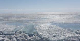 Διαφανής μπλε πάγος hummocks Baikal λιμνών στην ακτή Άποψη χειμερινών τοπίων της Σιβηρίας Χιονισμένος πάγος της λίμνης μεγάλη Στοκ εικόνα με δικαίωμα ελεύθερης χρήσης