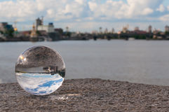 Διαφανής σφαίρα γυαλιού στο υπόβαθρο πόλεων και Στοκ Εικόνες