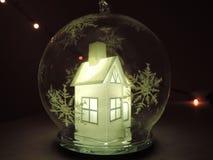 Διαφανής σφαίρα Χριστουγέννων μέσα στην οποία είναι ένα όμορφο άσπρο φως πυράκτωσης Λευκών Οίκων μέσα στοκ εικόνα