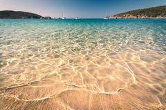 Διαφανή θάλασσα και κρύσταλλο - καθαρίστε το νερό της Σαρδηνίας Στοκ φωτογραφία με δικαίωμα ελεύθερης χρήσης