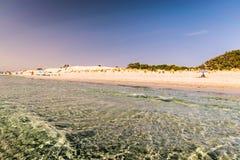 Διαφανή θάλασσα και κρύσταλλο - καθαρίστε το νερό της Σαρδηνίας Στοκ Φωτογραφία