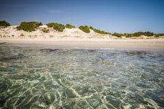 Διαφανή θάλασσα και κρύσταλλο - καθαρίστε το νερό της Σαρδηνίας Στοκ Φωτογραφίες