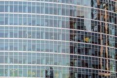 Διαφανή stained-glass παράθυρα του σύγχρονου ουρανοξύστη διαμερισμάτων Στοκ εικόνες με δικαίωμα ελεύθερης χρήσης