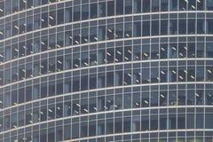 Διαφανή stained-glass παράθυρα του σύγχρονου ουρανοξύστη διαμερισμάτων στοκ φωτογραφίες