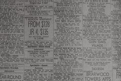 Διαφημίσεις για τις ιδιότητες ενοικίου στην παλαιά εφημερίδα στοκ φωτογραφία