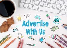 Διαφημίστε με μας, επιχειρησιακή έννοια λευκό Ιστού γραφείων γραφείων επιχειρηματιών περιοδείας Στοκ Φωτογραφίες