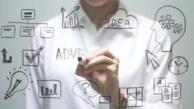 ΔΙΑΦΗΜΙΣΗ γραψίματος γυναικών στη διαφανή οθόνη Η επιχειρηματίας γράφει εν πλω φιλμ μικρού μήκους