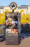 Διαφημιστικός το στυλοβάτη με το playbill του φεστιβάλ ταινιών της Ζυρίχης μέσα Στοκ φωτογραφία με δικαίωμα ελεύθερης χρήσης