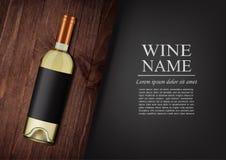 διαφημιστικό έμβλημα Ένα ρεαλιστικό μπουκάλι του άσπρου κρασιού με τη μαύρη ετικέτα στο photorealistic ύφος στον ξύλινο σκοτεινό  Στοκ φωτογραφία με δικαίωμα ελεύθερης χρήσης