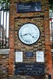 Διαφορά ώρας ρολογιών παρατηρητήριων του Γκρήνουιτς στο τουβλότοιχο Στοκ φωτογραφίες με δικαίωμα ελεύθερης χρήσης