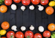 Διαφορετικά ακατέργαστα λαχανικά και καρυκεύματα στο μαύρο υπόβαθρο κατανάλωση υγιής Συγκομιδή φθινοπώρου και υγιής έννοια οργανι Στοκ Φωτογραφίες