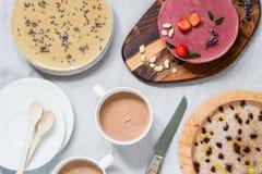 Διαφορετικά ακατέργαστα υγιή cheesecakes Πίνακας προγευμάτων Τοπ όψη Στοκ Εικόνες